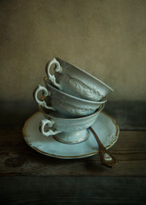 White ornamented teacups by Jarek Blaminsky