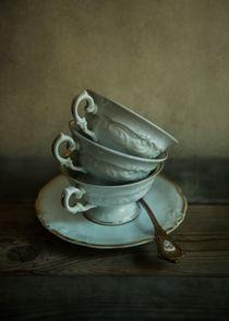 White ornamented teacups von Jarek Blaminsky