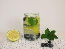 Aroma-Wasser mit Zitrone, Blaubeeren und Minze by Heike Rau