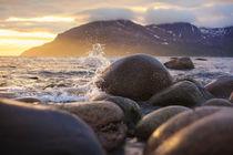 Waves crushing on the rocks of the Norwegian Arctic coast von Horia Bogdan