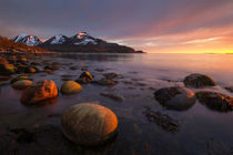Red boulders during the midnight sun in northern Norway von Horia Bogdan