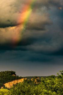 Bunter Regenbogen vor dunklen Wolken von Thorsten Fritz