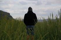 Einsamer Mann im Seegras. von Steffani Lehmann
