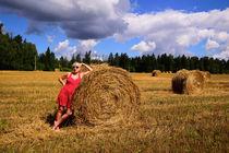 Farmer Hope amid the harvest von Yuri Hope