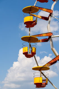 Giant Ferris Wheel In Fun Park On Blue Sky von Radu Bercan