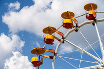 Giant Ferris Wheel In Fun Park On Blue Sky von Radu Bercan
