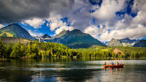 Floating boats on the Strbske Pleso lake von Zoltan Duray