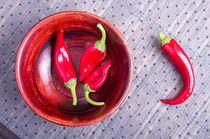 Red raw pepper in a brown wooden bowl von Vladislav Romensky