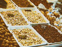 Nuts, Pistachio, Almonds And Peanuts For Sale In Fruit Market von Radu Bercan