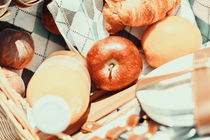 Juice Bottle, Peaches, Apple, Orange And Croissant In Food Picnic Basket von Radu Bercan