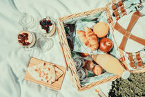 Picnic Basket With Fruits, Orange Juice, Croissants, Quesadilla And No Bake Blueberry And Strawberry Jam Cheesecake von Radu Bercan