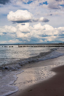Cloudy sky over a wavy beach von Jessy Libik