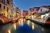 Picturesque view of venetian canal at night, Venice, Italy von Tania Lerro