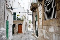 characteristic alley in Ostuni, Apulia, Italy von tanialerro