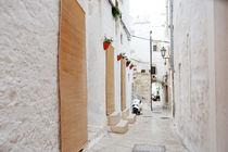 alleyway in medieval city of Ostuni, Apulia, Italy von tanialerro