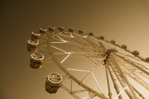Giant Ferris Wheel In Fun Park On Night Sky von Radu Bercan