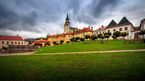 Main square and castle in Kremnica von Zoltan Duray