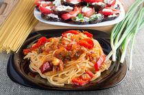 Pasta spaghetti with pieces of bell pepper von Vladislav Romensky