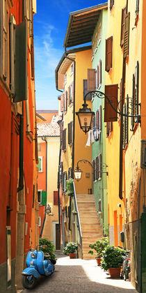 Altstadtgasse von Riva del Garda von Monika Juengling