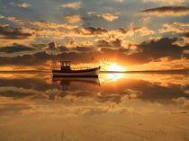 Ein Fischerboot vor dem Sonnenuntergang von Monika Juengling