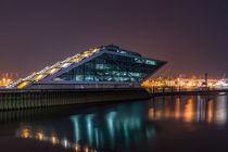 Dockland bei Nacht Hamburg von Michael  Beith