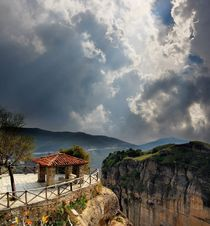 Lookout in the mountains of Meteora, Greece von Yuri Hope