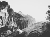 mountain view at Zion national park in black and white von timla