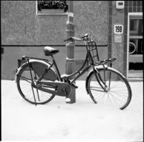 Black bicycle in the snow, Berlin von Ron Greer