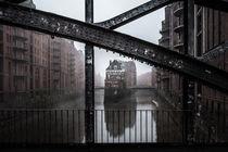 Hamburg Speicherstadt im Nebel I Wasserschloss von elbvue von elbvue