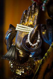 Hand eines Buddha mit Schmuck von mroppx