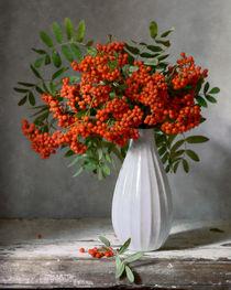 Rowan Beeren im weißen Vase von Nikolay Panov