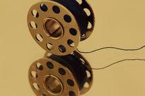 Garnspulen auf Spiegel  von Gisela Peter