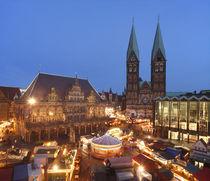 Altes Rathaus mit Dom St. Petri und Weihnachtsmarkt am Marktplatz bei Abenddämmerung, Bremen von Torsten Krüger