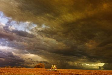 Sz172186-traktor-unter-wolken
