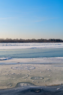 Frozen river by mnwind