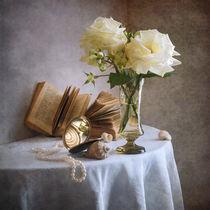 Zwei weiße verblasste Rosen von Nikolay Panov
