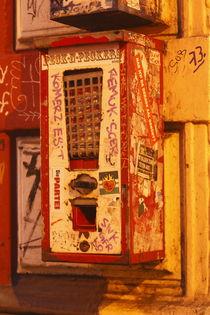 Alter Kaugummiautomat mit Graffiti bei Abenddämmerung, Ostertorviertel, Viertel, Bremen von Torsten Krüger