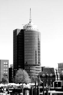 Gebäude / Hotel? am Hamburger Hafen,  von Simone Marsig