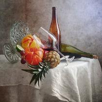 Grapefruit, Ananas und ein Glas Rotwein von Nikolay Panov