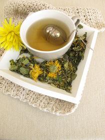 Kräutertee mit Ringelblume und Kornblume mit Tee-Ei von Heike Rau