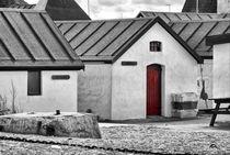Kleine Hütten mit roter Tür von kiwar