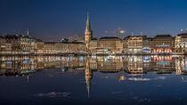 Jungfernstieg und Rathaus Hamburg by Sascha Neuroth