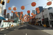 Traditional decorated street in Chinatown Singapore von stephiii