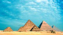 The Great Pyramids at Giza von Sheryl  Chapman