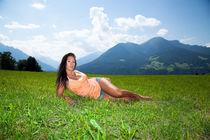 Schöne Frau liegt auf der Wiese in den Alpen Österreichs (Innsbruck Igls) by raphaela4you