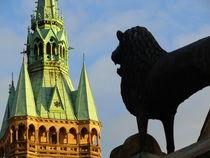 Braunschweiger Löwe vor Rathausturm  von Ralf Schröer