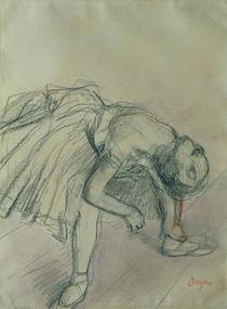 Dancer Fixing her Slipper, c.1865 von Edgar Degas