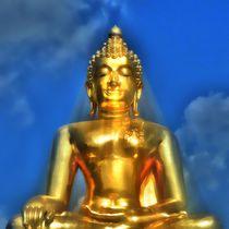 Goldener Buddha im Lichtstrahl von kattobello
