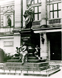 View of the Mendelssohn statue in front of the Gewandhaus in Leipzig von English Photographer