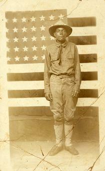 World War I soldier with American flag in background von American Photographer